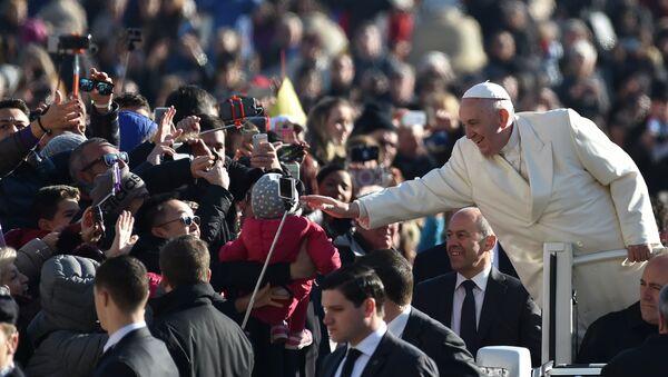 Pope Francis greets the crowd - Sputnik Mundo