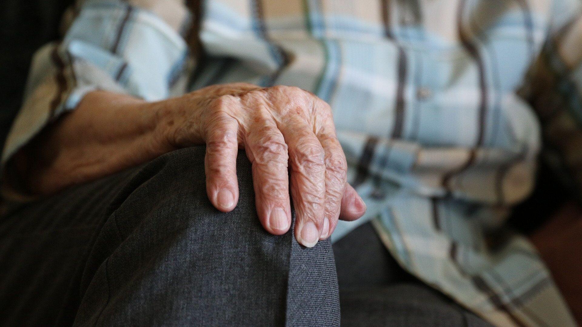 Las manos de una persona mayor - Sputnik Mundo, 1920, 20.04.2021