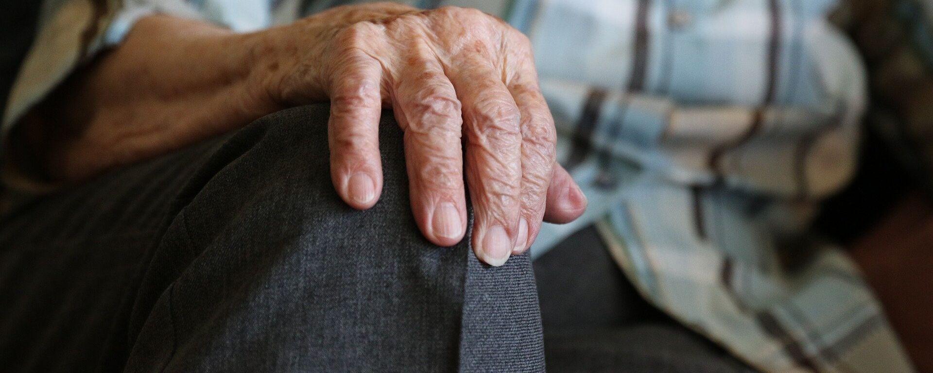 Las manos de una persona mayor - Sputnik Mundo, 1920, 02.02.2021
