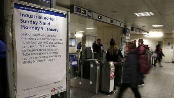 Una pancarta con la información acerca de la huelga de los empleados del metro de Londres - Sputnik Mundo