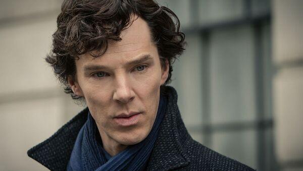 Benedict Cumberbatch protagoniza al detective Sherlock Holmes en la serie televisiva 'Sherlock' - Sputnik Mundo