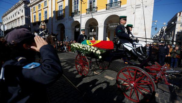 El ataúd del expresidente portugués Mario Soares está llevado al Monasterio de los Jerónimos en Lisboa - Sputnik Mundo