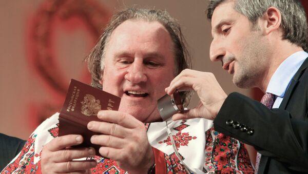 Gérard Depardieu con el pasaporte ruso - Sputnik Mundo