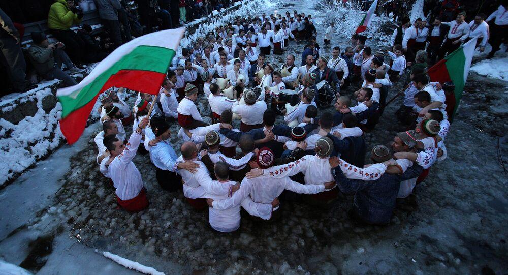 Danza en las aguas congeladas: así se celebra la Epifanía en Bulgaria