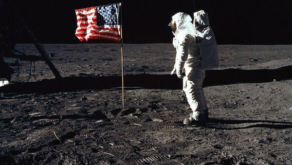 Astronauta estadounidense en la Luna - Sputnik Mundo
