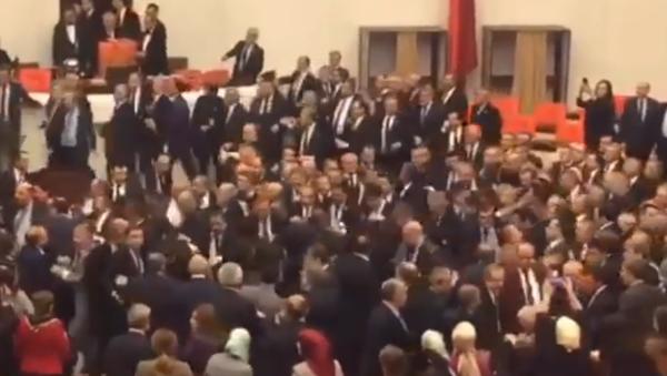 Parlamentarios turcos llegan a las manos por el aumento de poderes de Erdogan - Sputnik Mundo