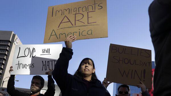 Migrantes mexicanos en EEUU protestan contra posibles deportaciones - Sputnik Mundo