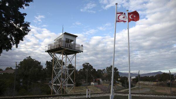 Banderas de Chipre del Norte y de Turquía en la ciudad dividida de Nicosia - Sputnik Mundo