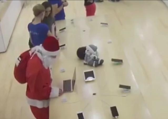 Santa se inclina sobre un portátil