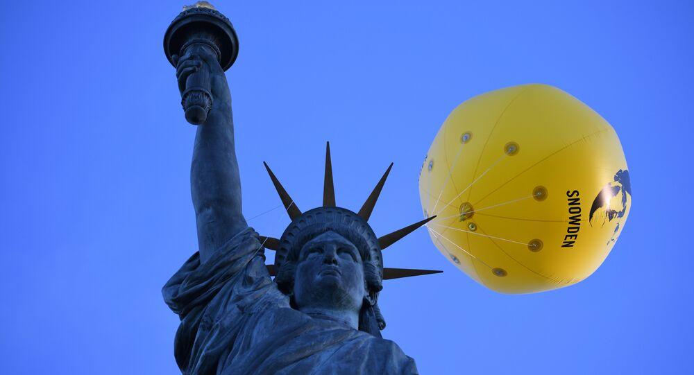 Un globo con una foto del exempleado de la inteligencia estadounidense Edward Snowden sobre la Estatua de la Libertad en París