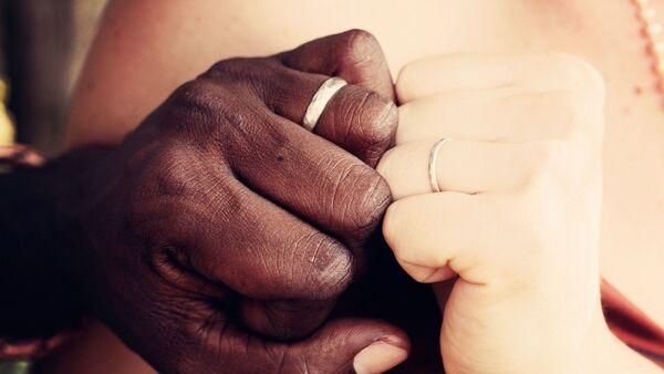 Las manos de una pareja multirracial - Sputnik Mundo