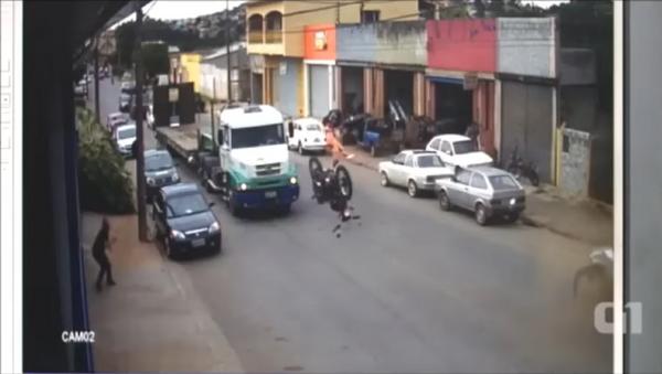 Joven sobrevive a un espantoso accidente de tránsito en Brasil - Sputnik Mundo