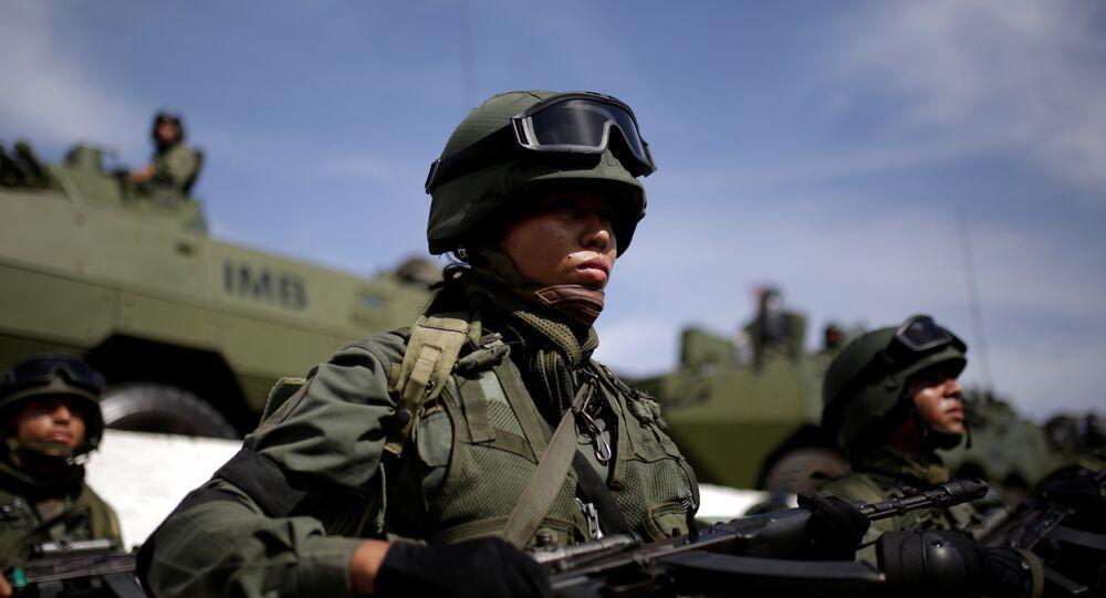 Soldado venezolano durante el ejercicio cívico-militar Zamora 200