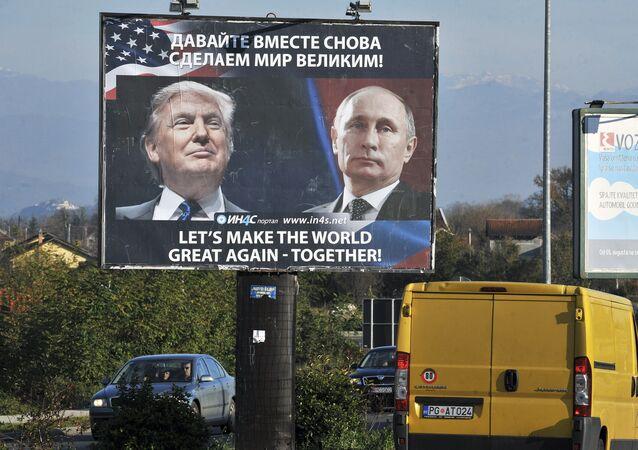 Una cartelera con los retratos de Donald Trump y Vladímir Putin (archivo)