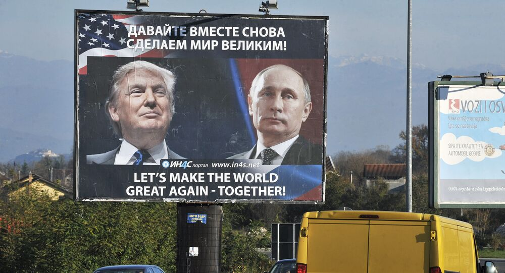 Un anuncio con fotos de Donald Trump y Vladímir Putin (archivo)
