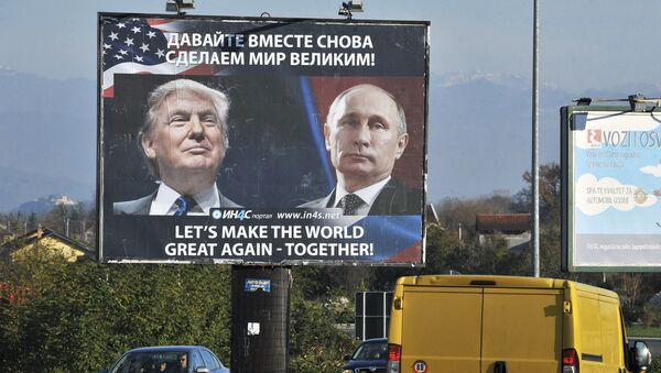 Cars pass by a billboard showing US President-elect Donald Trump and Russian President Vladimir Putin placed by pro-Serbian movement in the town of Danilovgrad on November 16, 2016 - Sputnik Mundo