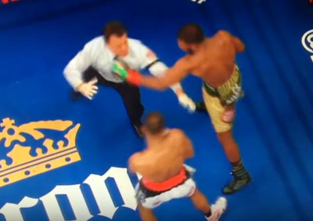 Boxeador sueco casi noquea al juez