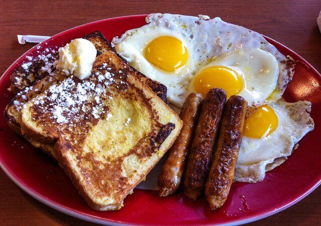 Un desayuno rico en grasas (archivo)