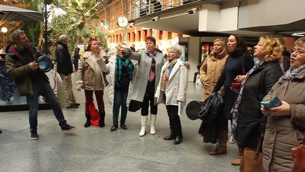 Rusoparlantes cantan 'Les deseamos felicidad' en Atocha, Madrid, 15 de enero de 2017 - Sputnik Mundo