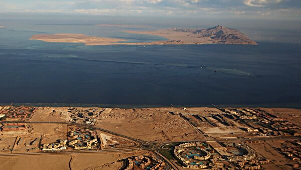 A picture taken on January 14, 2014 through the window of an airplane shows the Red Sea's Tiran (foreground) and the Sanafir (background) islands - Sputnik Mundo