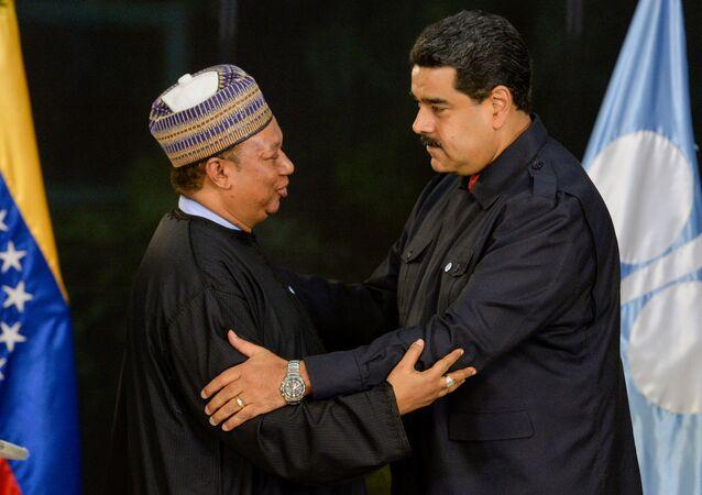 El secretario general del OPEP, Mohammed Barkindo, y el presidente de Venezuela, Nicolás Maduro