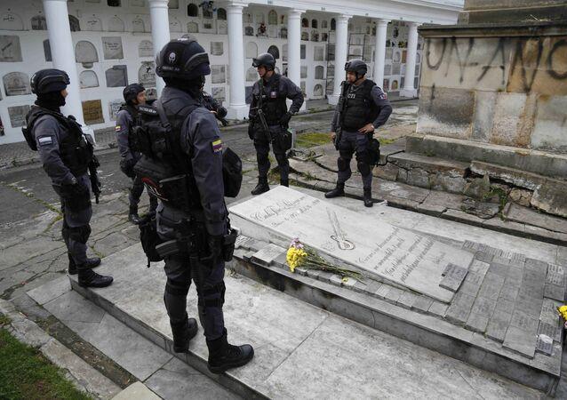 Agentes de policía colombiana cerca de la tumba de Carlos Pizarro, líder de M-19