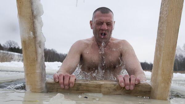 Más de 110.000 personas celebrarán la Epifanía en aguas heladas en Moscú - Sputnik Mundo