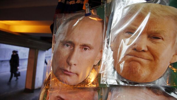 Face masks depicting Russian President Vladimir Putin and U.S. President-elect Donald Trump hang for sale at a souvenir street shop in St.Petersburg, Russia - Sputnik Mundo