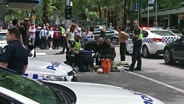 Miembros de las fuerzas de emergencia atienden a los heridos en Melbourne - Sputnik Mundo