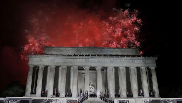 Los fuegos artificiales estallan sobre el monumento de Lincoln - Sputnik Mundo