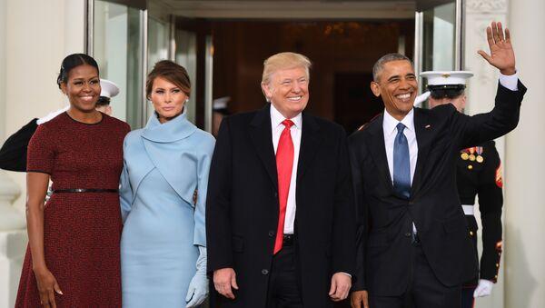 Barack Obama y Michelle Obama junto con el presidente electo Donald Trump y su esposa Melania - Sputnik Mundo