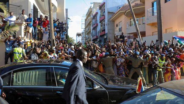 Los seguidores de Adama Barrow, presidente de Gambia (auscente en la foto) - Sputnik Mundo