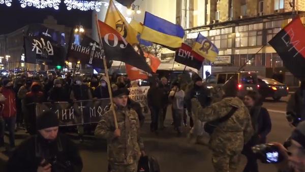 Choques entre radicales ucranianos y la policía en una marcha para conmemorar el Maidán - Sputnik Mundo