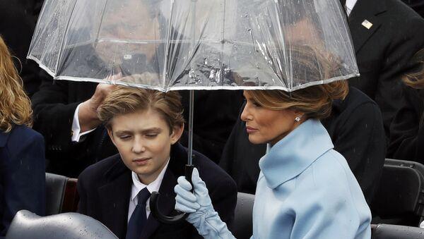 Melania Trump con su hijo Barron - Sputnik Mundo