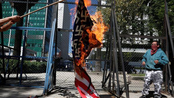 Manifestantes protestan contra Trump ante Embajada de EEUU en México - Sputnik Mundo