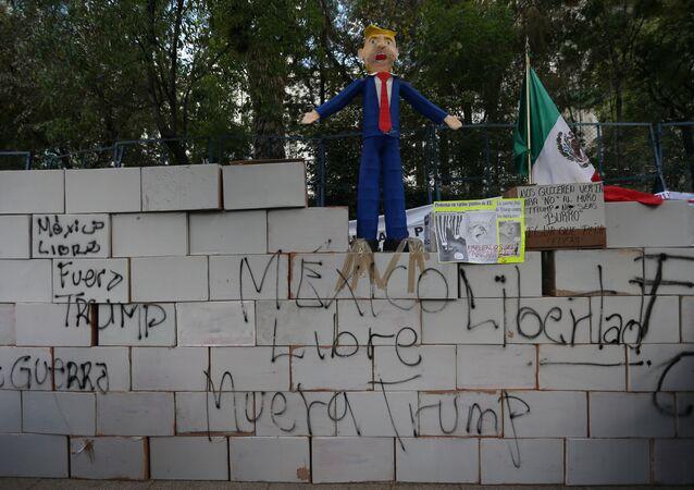 El muro de Trump de cartón y con lemas en su contra en la Ciudad de México
