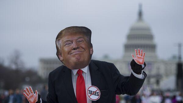 Manifestante con máscara de Donald Trump - Sputnik Mundo