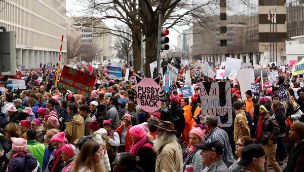 La Marcha de las Mujeres: cientos de activistas marchan contra Donald Trump - Sputnik Mundo