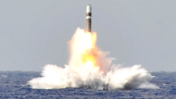 Lanzamiento de un misil balístico Trident II desde el submarino estadounidense USS West Virginia (archivo) - Sputnik Mundo