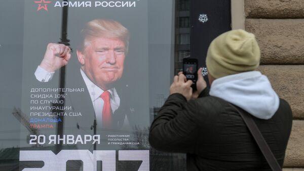 Foto de presidente de EEUU, Donald Trump, en el escaparate de una tienda rusa - Sputnik Mundo