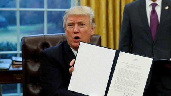Donald Trump, presidente de EEUU, firma una orden - Sputnik Mundo