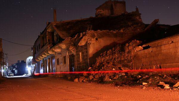 Edificios dañados se ven por la noche en la ciudad rebelde de Dael - Sputnik Mundo