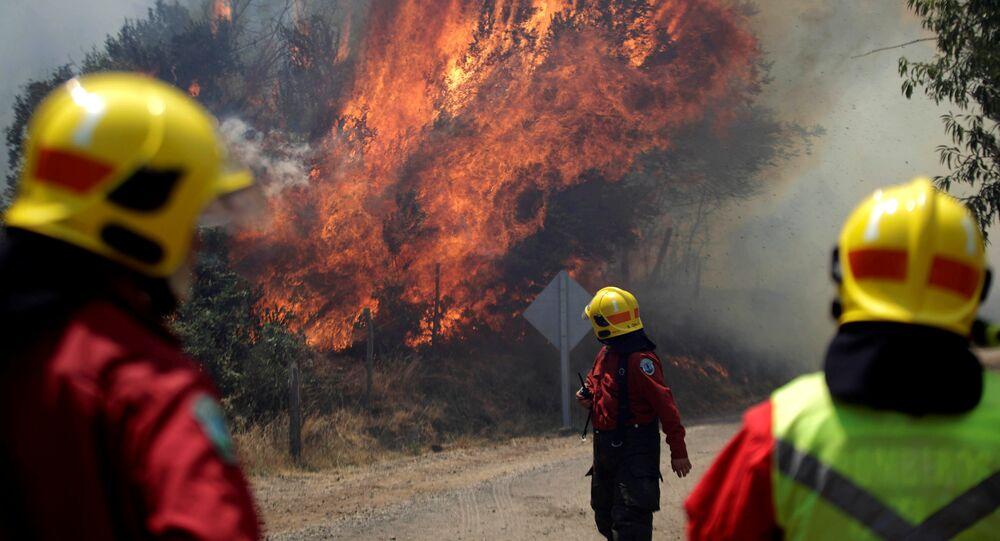 Bomberos apagando un incendio (Archivo)