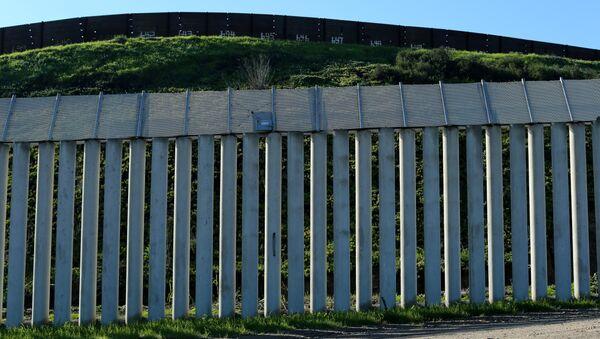 Muro entre EEUU y México (archivo) - Sputnik Mundo
