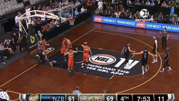 Espeluznante: se le sale un ojo a un jugador de baloncesto durante un partido - Sputnik Mundo