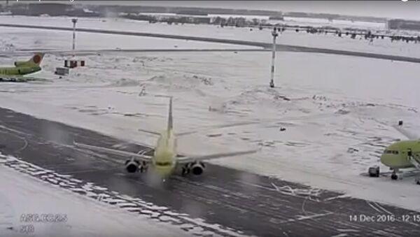 Un Airbus 320 de la compañía S7 se deslizó sobre la pista del aeropuerto de Novosibirsk - Sputnik Mundo