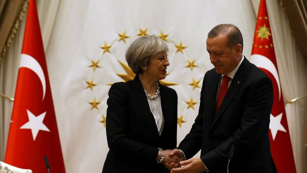 La primera ministra Theresa May y el presidente Recep Tayyip Erdogan (Archivo) - Sputnik Mundo