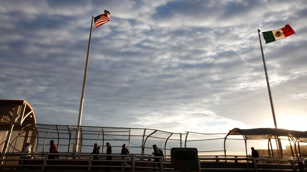Banderas de EEUU y México en la frontera entre los dos países - Sputnik Mundo