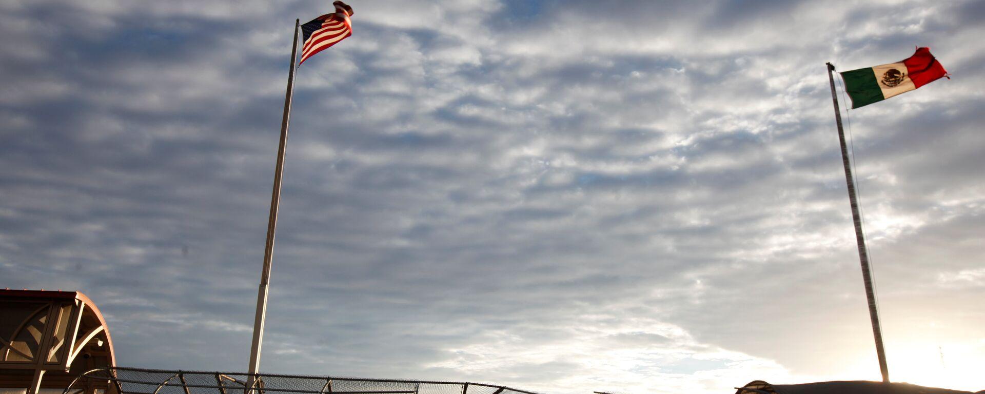 Banderas de EEUU y México en la frontera entre los dos países - Sputnik Mundo, 1920, 12.03.2021