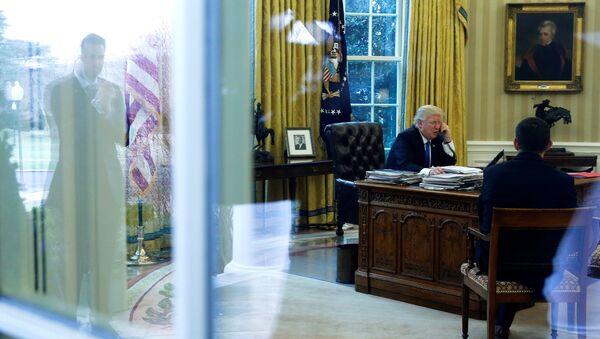 Donald Trump, presidente de EEUU, durante una conversación telefónica en el despacho oval (archivo) - Sputnik Mundo